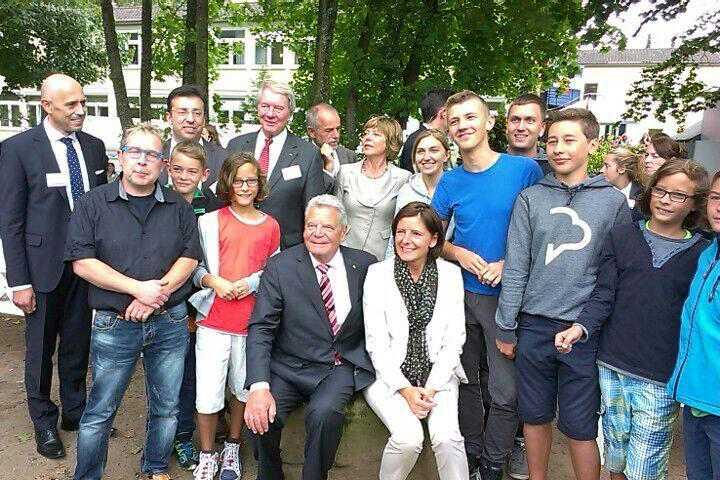 Sektempfang 2015: Clemens Backs mit Politikern wie Joachim Gauck und Malu Dreyer und Jugendlichen