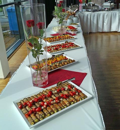Fingerfood steht auf Tafel bei einer Hochzeit