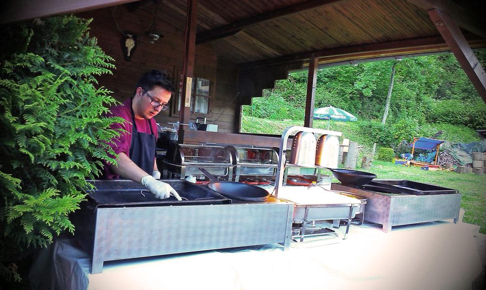 Koch beim Live-Cooking unter Dach